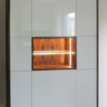 Schrankmodul weiß hochglanz mit Echtholzfurnier Makassar, LED-Beleuchtung