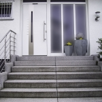 Haustür aus Alu weiss, Treppenstufen Cityflair grau