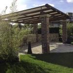 Sitzplatz im Garten, Bruchsteinmauerwerk, Platten: Longara, Pergola mit Sonnenschutz
