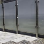 Sichtschutz, Edelstahlposten in Kombination mit satiniertem Glas