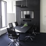 Besprechungstisch mit Media Wand, Material: Arpa fenix, schwarz matt, grifflos