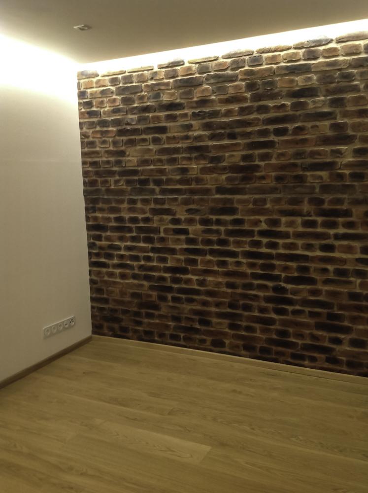Moderner Innenausbau, indirekte Beleuchtung, GKF Steinpaneele Lodrillo Loft, Echtholzparkett Eiche