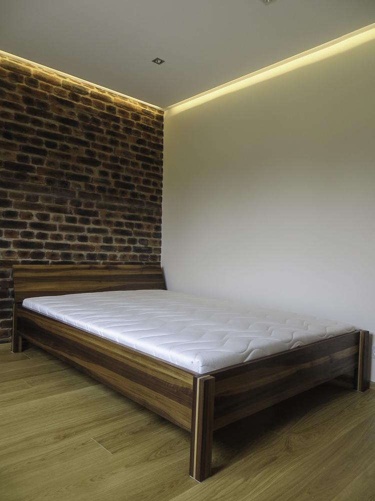 Bett; Nussbaum massiv, geölt, Sonderanfertigung