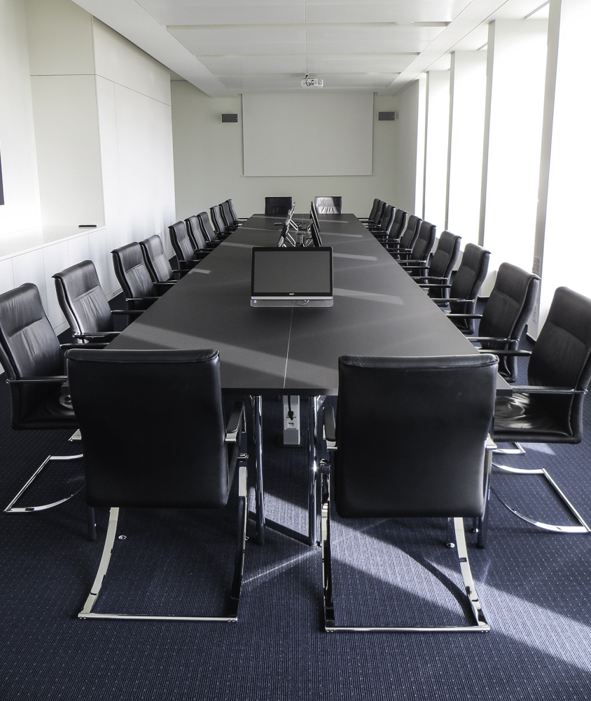 Konferenztisch, Material: Arpa fenix schwarz matt mit Einbauconnectoren