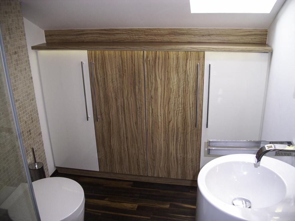 Badezimmerschrank, Olive/weiß hochglanz mit Stangengriffen