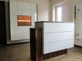 Empfangsbereich weiß hochglanz in Kombination mit Echtholzfurnier Makassar, LED-Beleuchtung