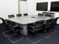 Konferenztisch; Dekor: betongrau, Media Wand; weiß/hochglanz